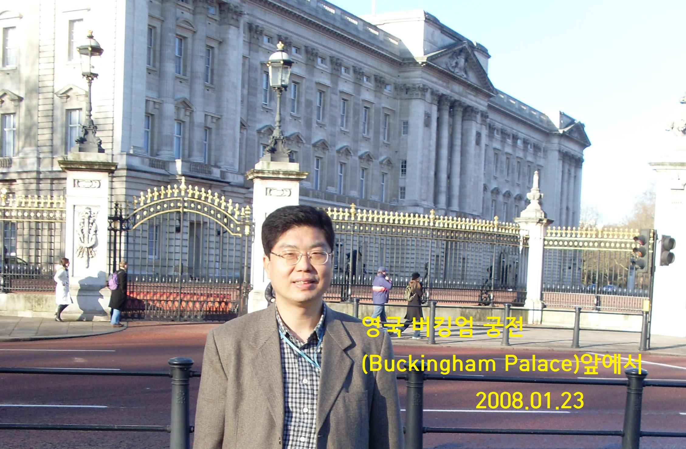 영국 버킹엄 궁전 앞에서