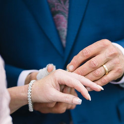 Symbolen för äktenskapet är ringarna.