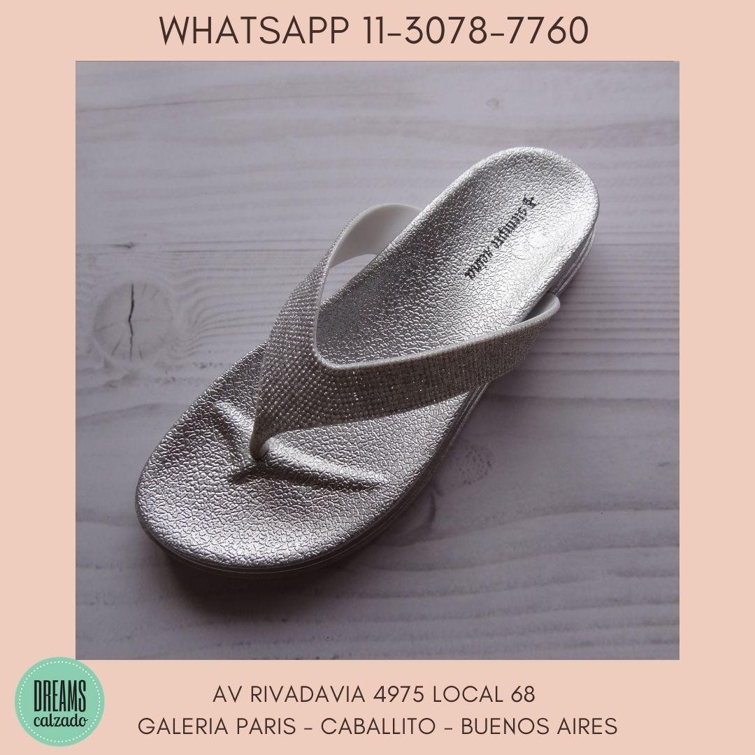 Sandalias ojotas dedo plateadas Siempre Reina  Dreams Calzado Caballito Av Rivadavia 4975 local 68 G