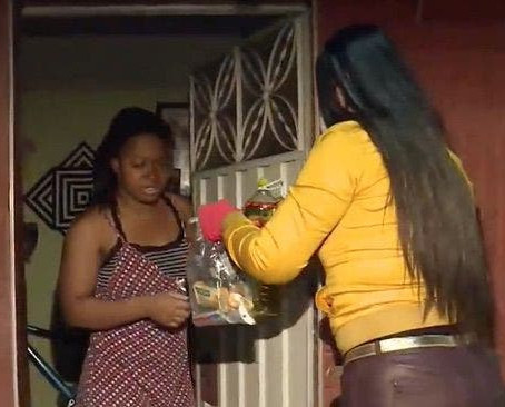 Além de não cobrar aluguel, dona de edifício ainda ajuda seus inquilinos a passar a querentena !!
