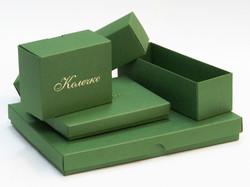 Коробки из зеленого картона с тиснением логотипа