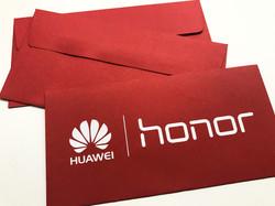 красные конверты из дизайнерской бумаги с печатью логотипа белой краской