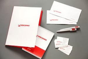 Корпоративная имиджевая полиграфия в красно-белом фирменном стиле, напечатанная по индивидуальному дизайну в типографии полного цикла BTL print – бумажный пакет с логотипом, бумажная вырубная папка из картона с логотипом, блокнот на пружине с логотипом, фирменная ручка с логотипом, фирменные конверты с логотипом и комплект визиток