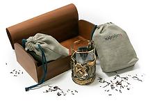 Дорогой премиум сувенирный набор состоящий из двух сортов чая, упакованного в холщевый мешочек с напечатанным логотипом компании и упакованным в большую деревянную коробку с логотипом клиента в комплекте с брендированной кружкой в подстаканнике, изготовленные по индивидуальному заказу в рекламно-производственной компании BTL print