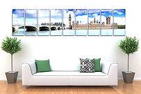 Интерьер комнаты с напечатанными постерами и плакатами, висящими на белой стене за диваном, изготовленные на заказ в рекламно-производственной компании BTL print