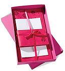 Напечатанный подарочный набор из полиграфии – розовая коробка с логотипом, в которой лежит фирменный розовый блокнот и записная книжка с логотипом компании. Комплект полиграфии украшен атласной лентой. Подарочный набор выполнен на заказ в типографии полного цикла BTL print