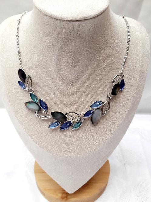 Collier feuilles bleues