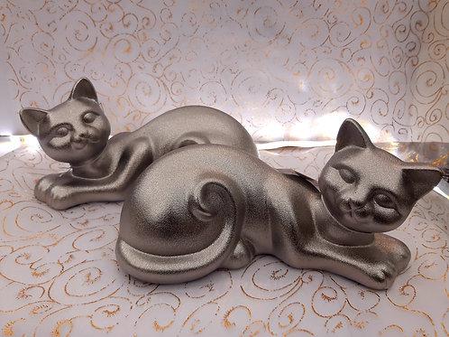 Chat en métal argenté allongé