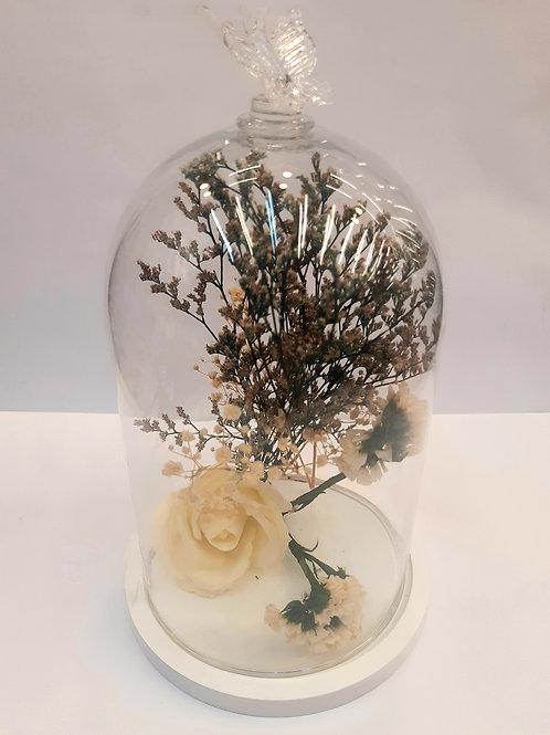 Rose éternelle et fleurs séchées sous cloche