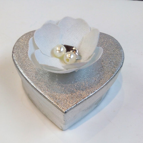 Boite coeur argent avec fleur blanche