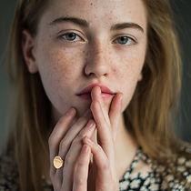 Chica joven con pecas