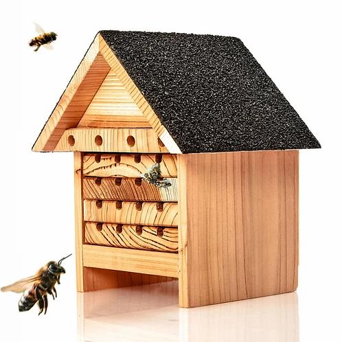 Ökologisches Bienenhotel aus Naturholz mit vielen Schlafkammern