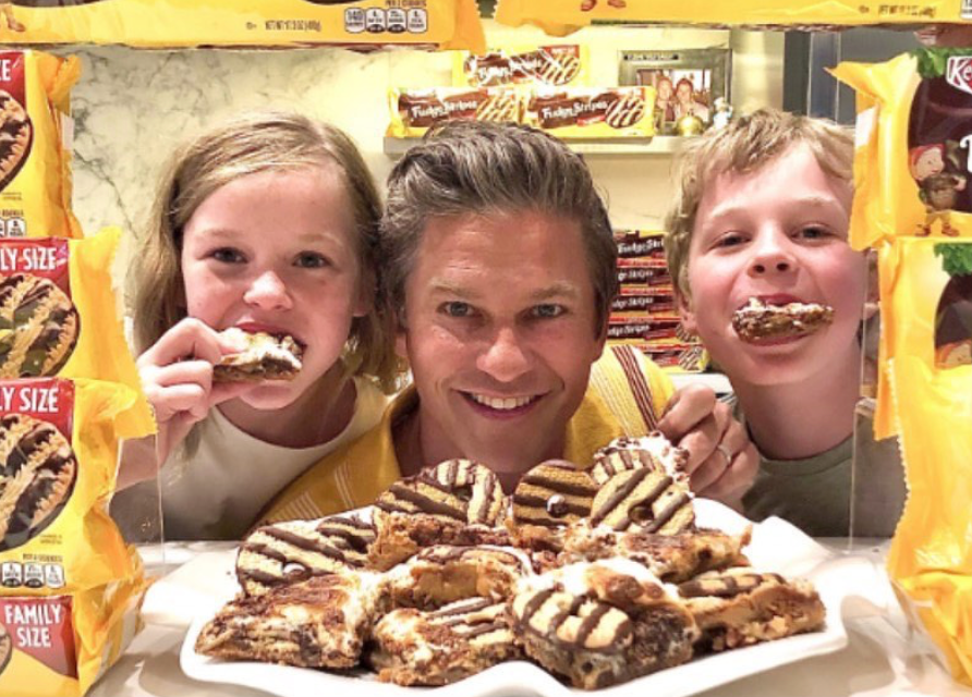Chef David Burtka posing with kids and Keebler S'mores