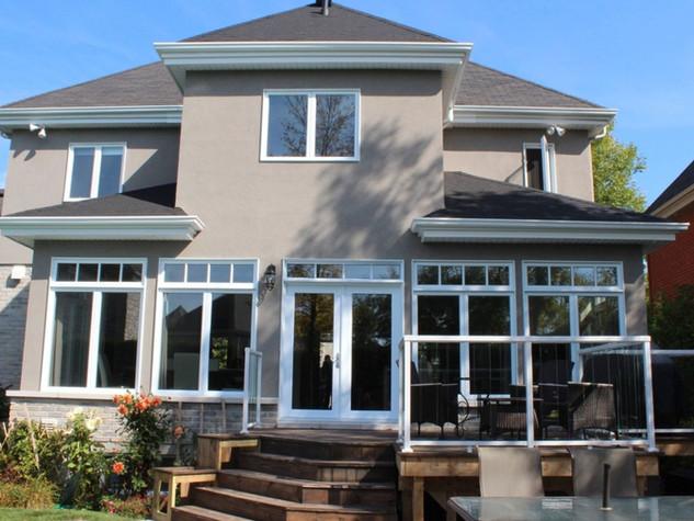 Arrière d'un cottage qui a bénéficié d'un agrandissement majeur sur la rive-sud de Montréal