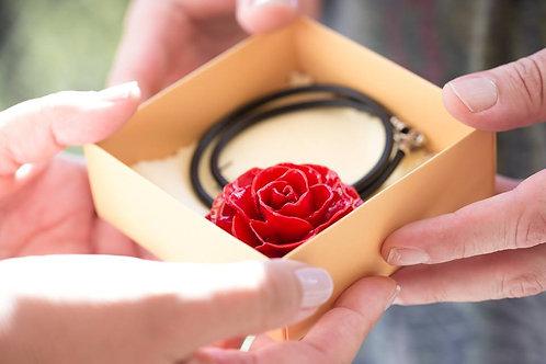 שרשרת חוטי משי עם תליון פרח ורד