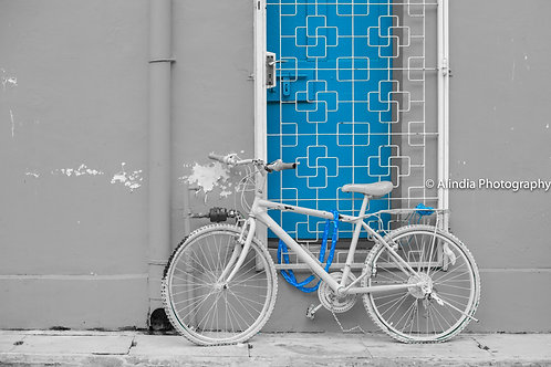 SG Streets_The white bike and blue door