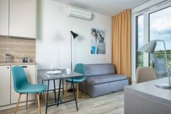 Pokój z aneksem kuchennym i balkonem