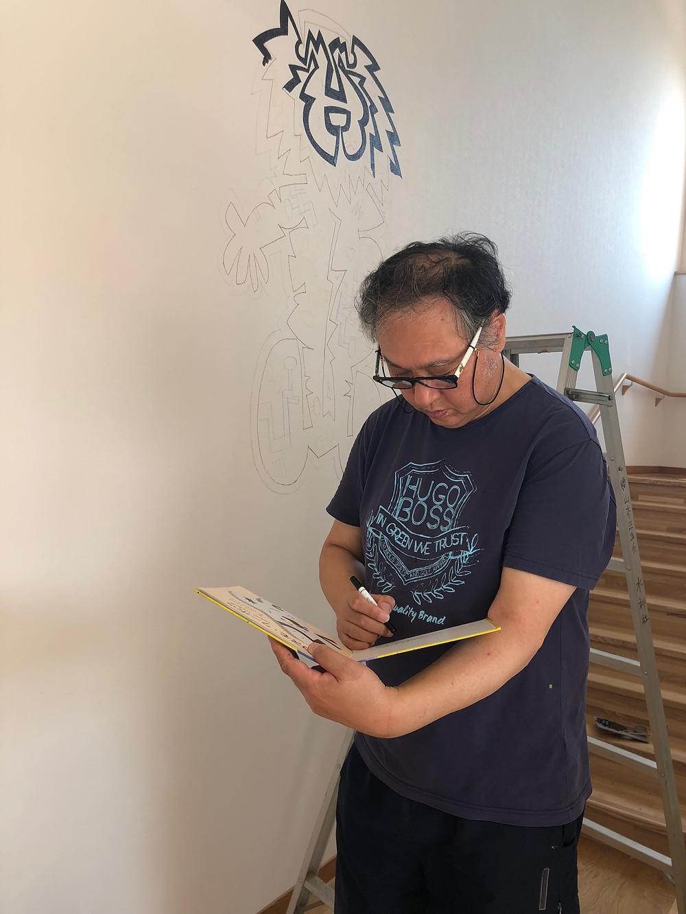 九十九伸一さん清和幼稚園壁画制作中