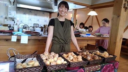 高野さんパン売り.jpg