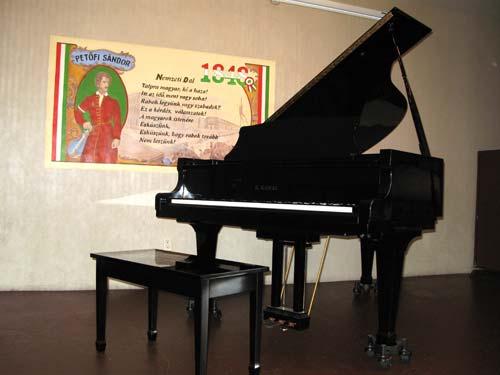 Színpad zongorával