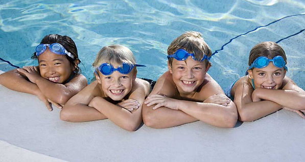 Kids in a swiming pool, happy. 3 Tips to Better Understand the Child