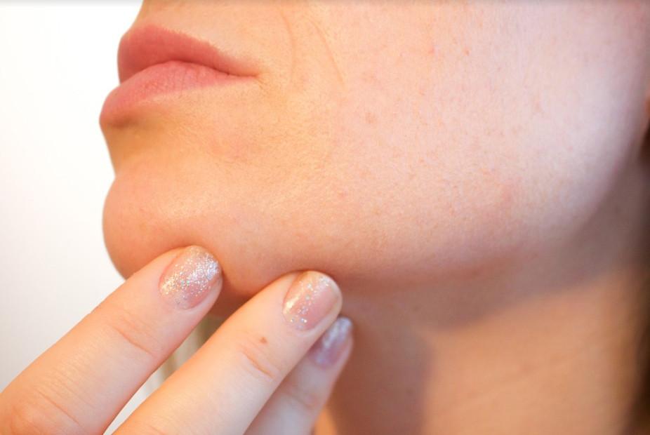 角質經年累月破壞下,肌膚水分容易流失,細紋也越容易浮現。(圖片來源pixabay)