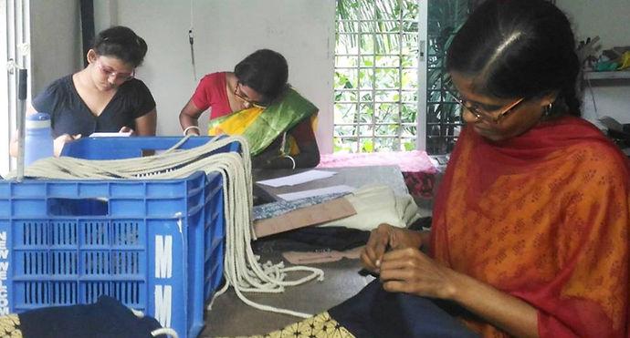 印度婦女縫包包.jpg