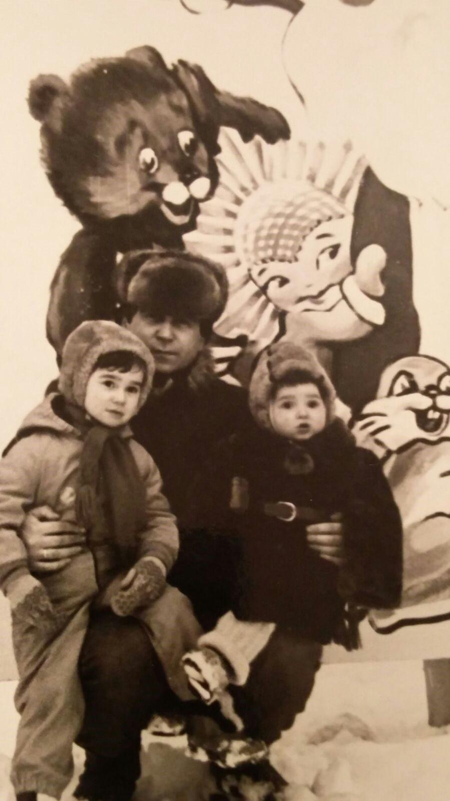 Beri Rozenberg, 1985, לטביה. אני בן שש או שבע, הילד הקטן יותר הוא בן דוד שלי ואבא שלי מאחורינו