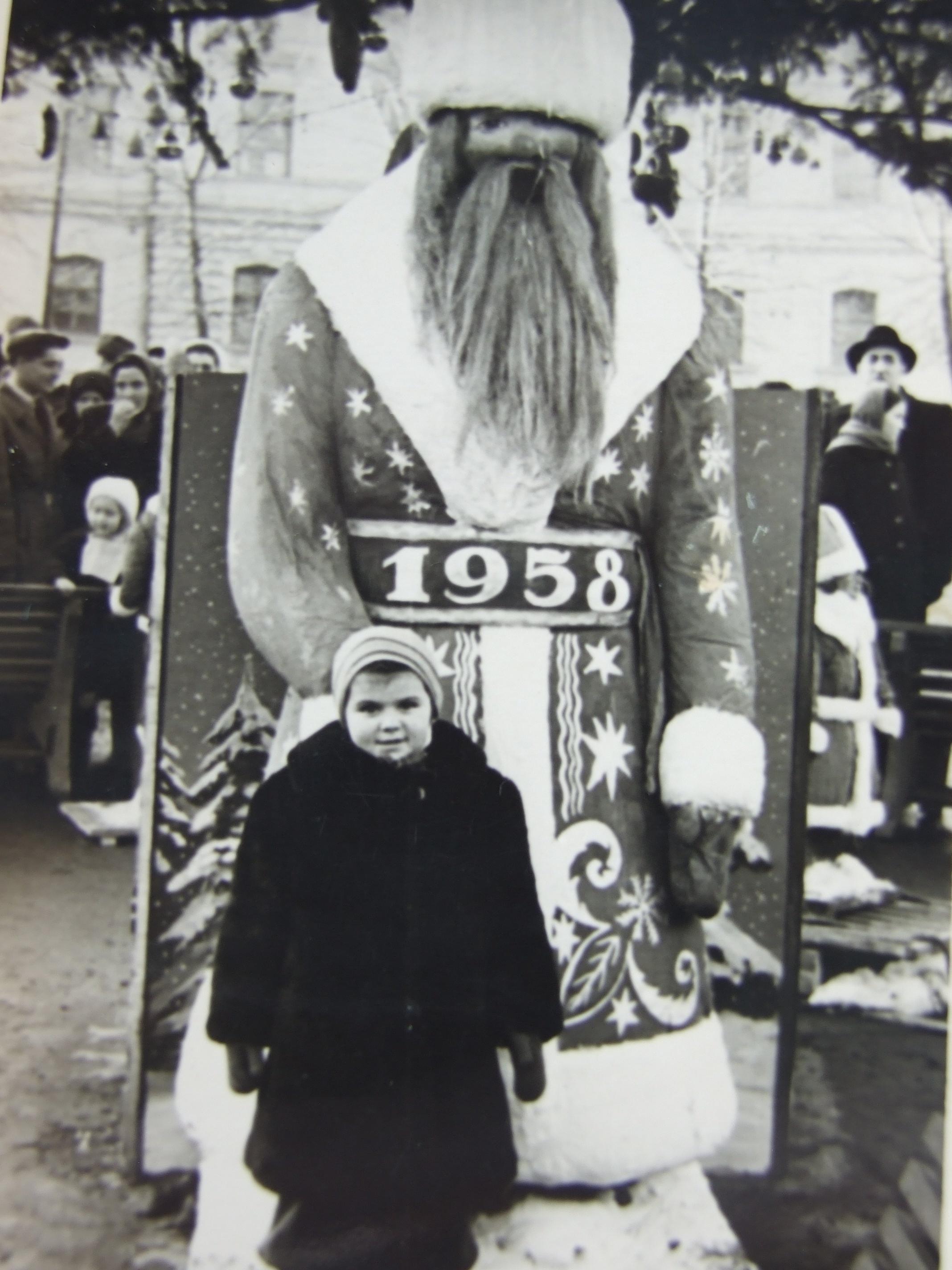 אמא שלי ליד דד מרוז בכיכר העיר צרנוביץ אוקראינה 1958