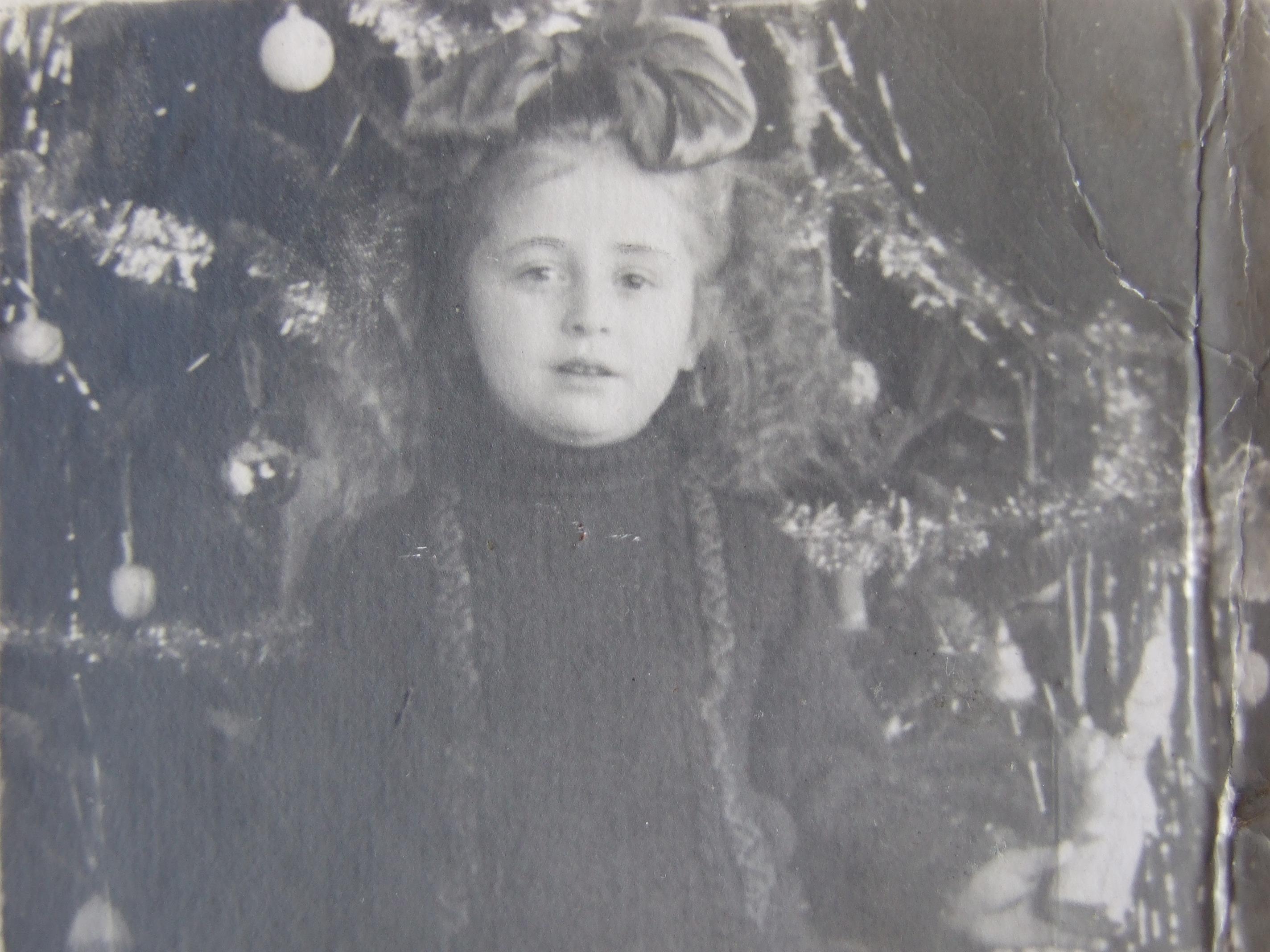 ילדה ליד יולקה בסוף שנות הארבעים באוקראינה