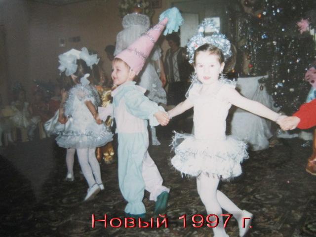 Alexandra Kashpor, 1997, דונצק, אוקראינה. אני מחופשת לפתית שלג בחגיגות בגן, ראשונה מימין