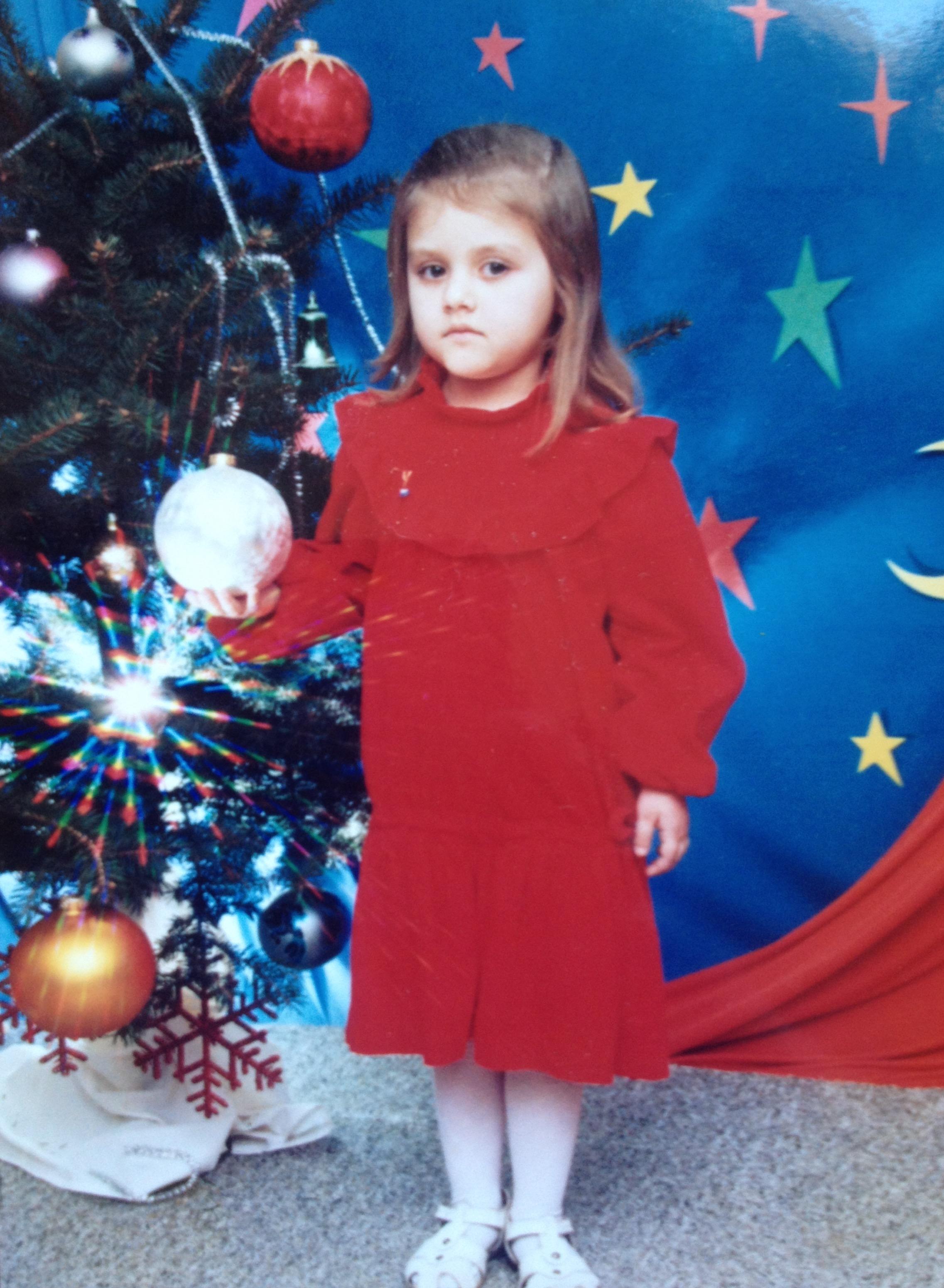 Masha Steinberg, 1995, מינסק. אני בחגיגות נובי גוד בגן, לא ברור למה אני עצובה