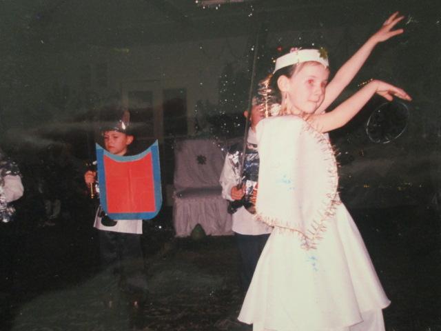 Alexandra Kashpor, 1999, דונצק, אוקראינה. אני מחופשת לנסיכה מאגם הברבורים בחגיגות בגן (אותו הגן). בא