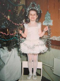 Alexandra Kashpor, 1997, דונצק, אוקראינה. אני מחופשת לפתית שלג בחגיגות בגן