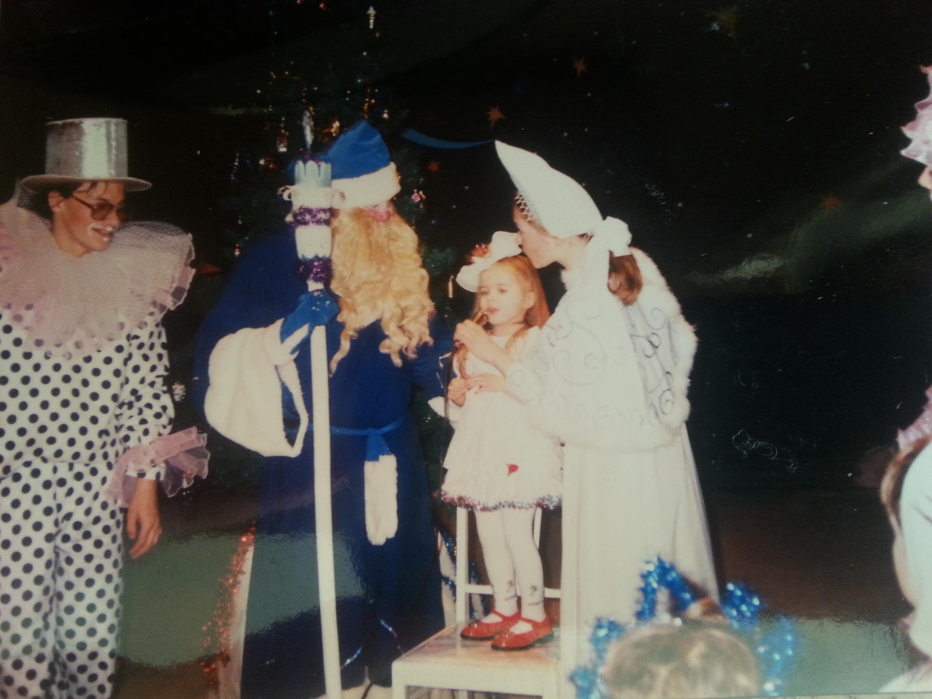 אלקסה פקה, 1996, רוסיה. סבא קור בחלוק כחול יחד עם סניגורצ'קה, תוהים מה ארצה לקבל השנה