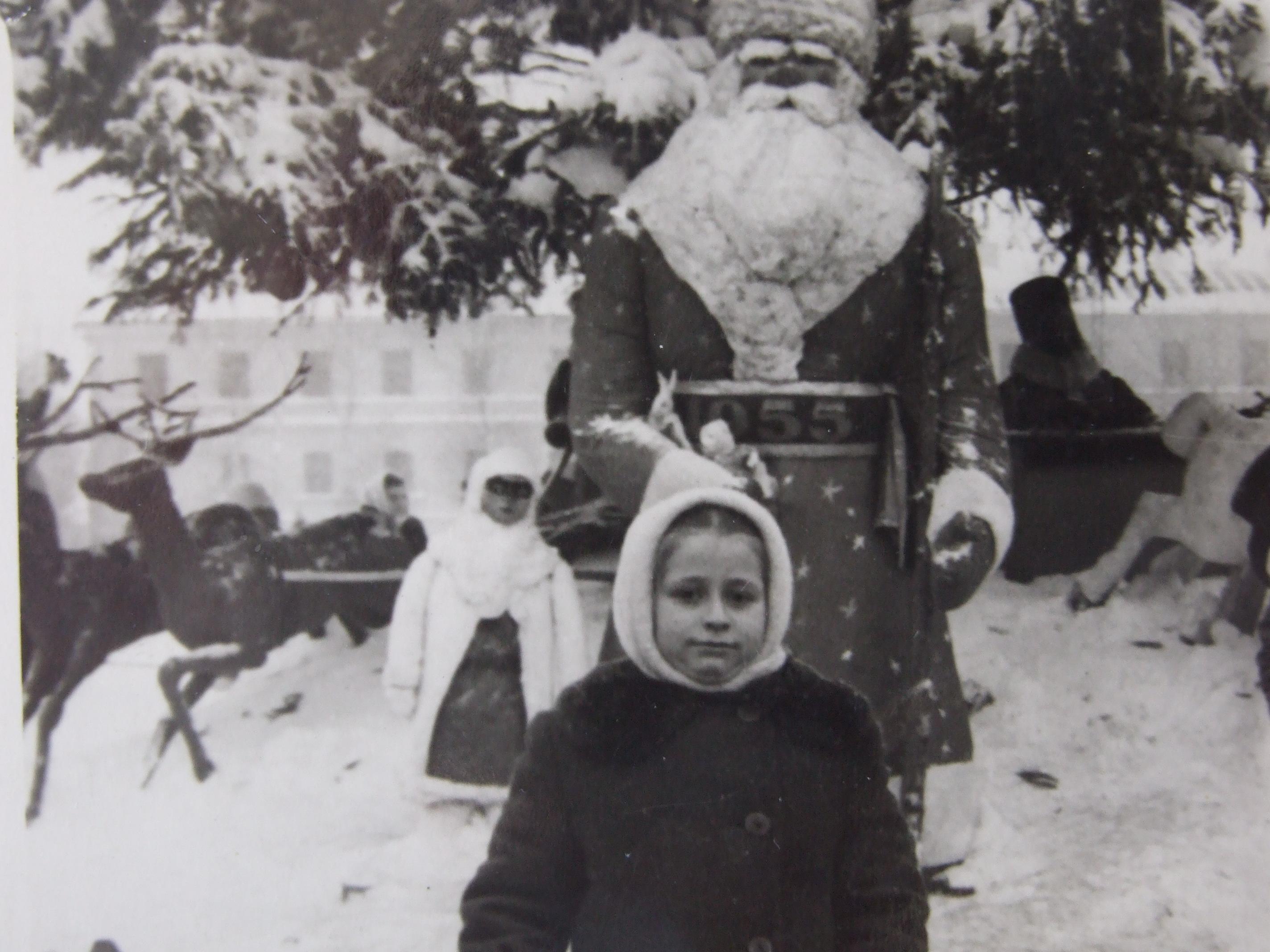 דודה שלי ליד דד מרוז בכיכר העיר צרנוביץ אוקראינה- 1955