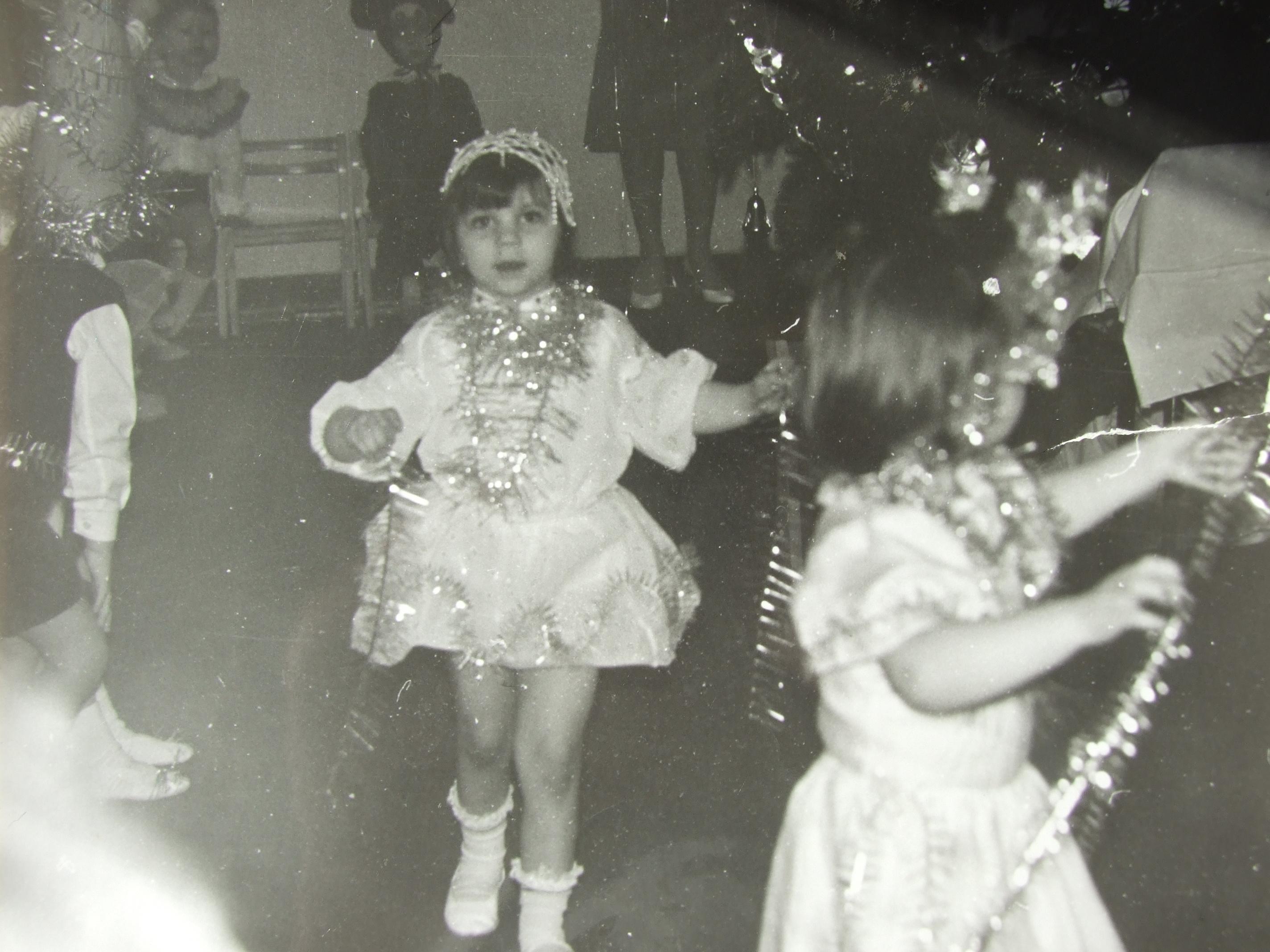 אלקס ריף, אז בת חמש בחגיגות הנובי גוד בגן הילדים, בו הייתה מחופשת לפתית שלג