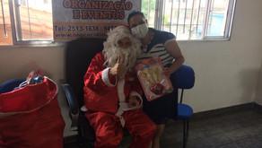 Papai Noel distribui presentes