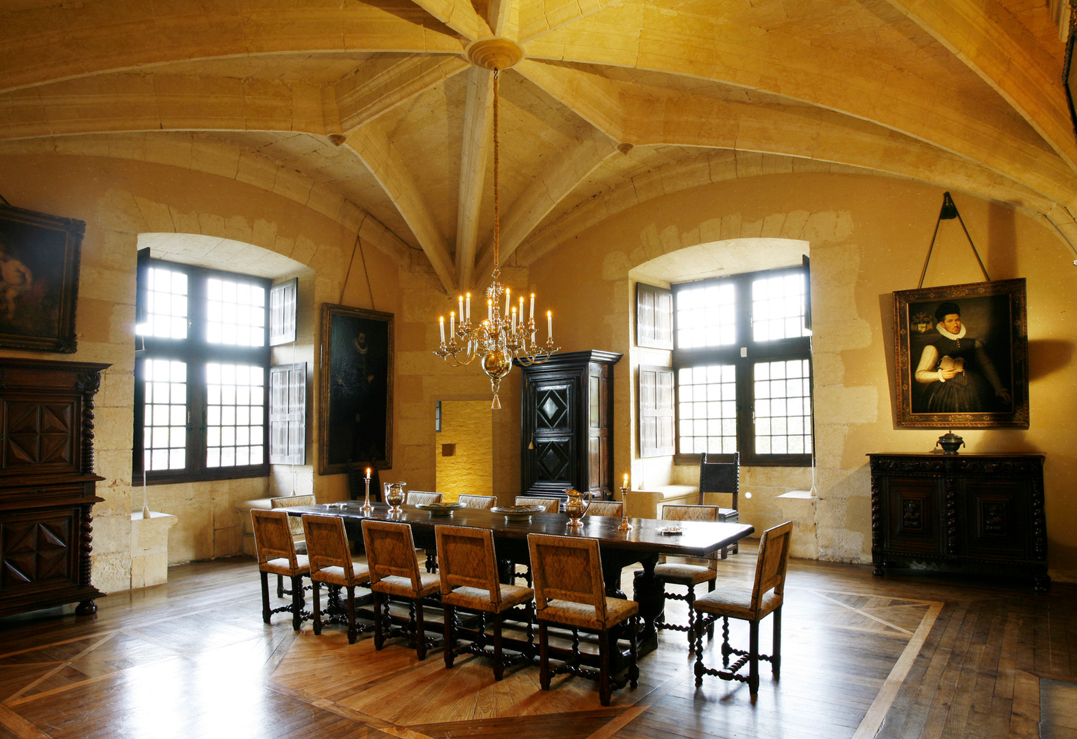 Salle voûtée et son mobilier