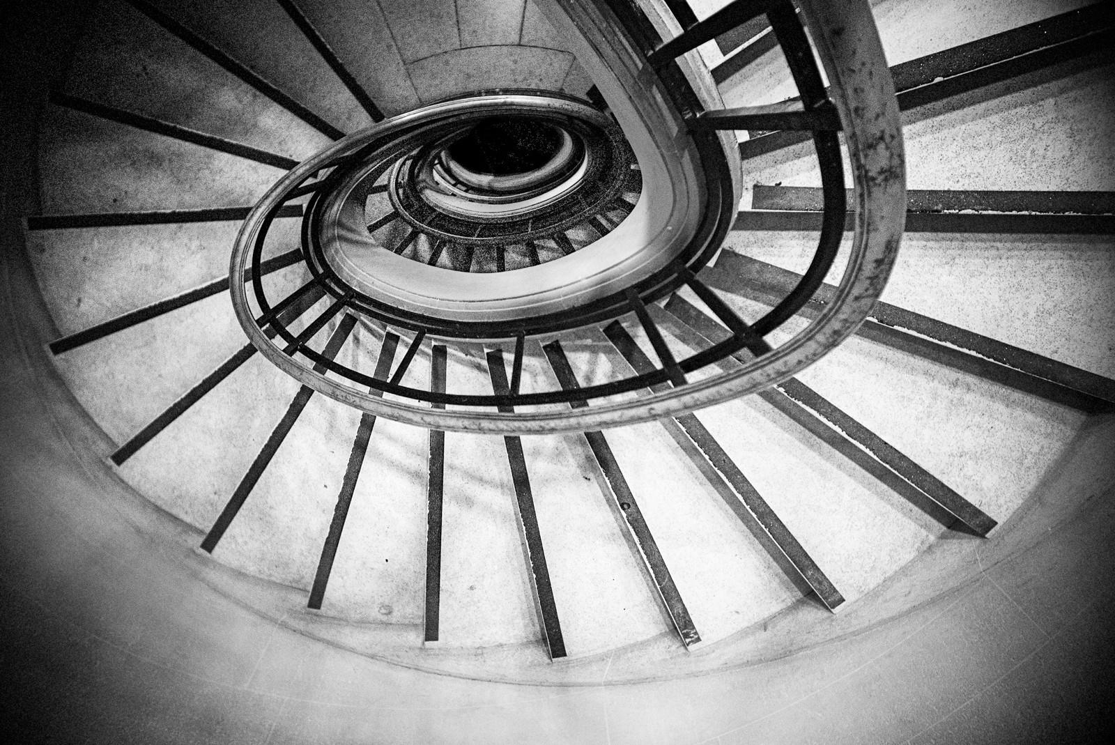 Daniel Efram  1  louvre stairs 150812.jp