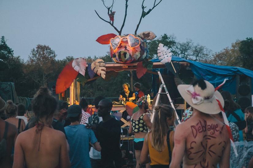 Scénographie dj booth et scéne Château perché festival