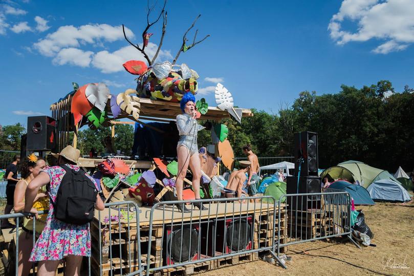 DJ-Booth-scene-chateau-perche-festivalcreatif-innovation-eco-responsable-creer-partager-voyager-sublimer-recycler-ecologique-plasticienne-artiste-paris-atelier-art-sculpture-installationartistique-scenographie-scenographe-evenementiel-corporate-entreprise-galerie-decors-design-architecture-scene