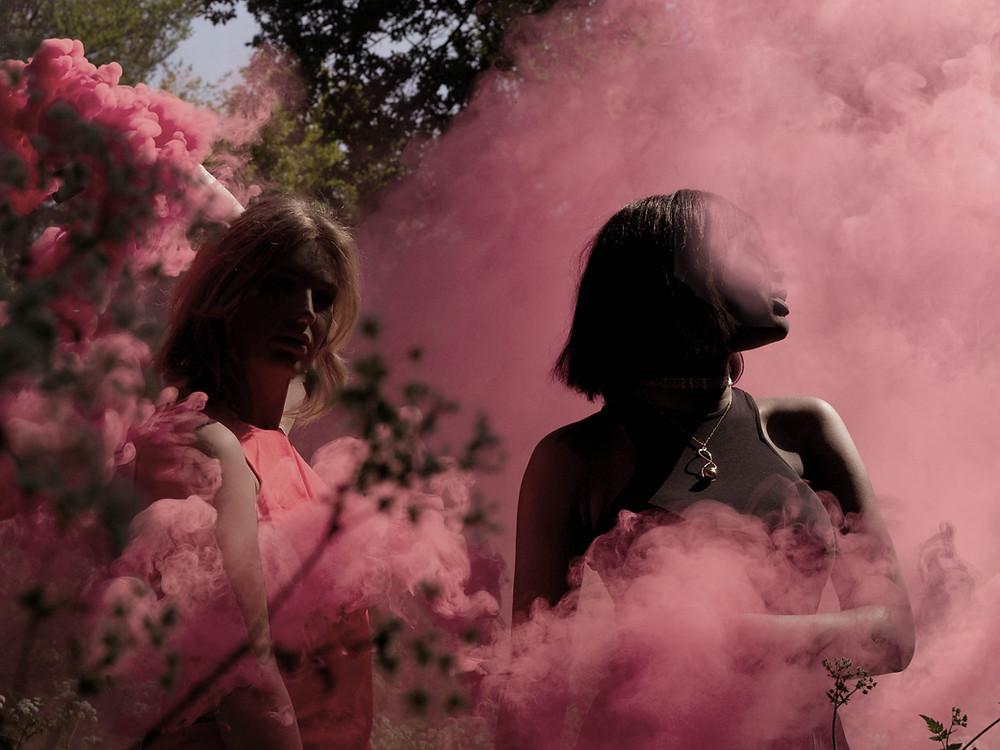 Ragazze con fumo rosa