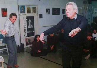 ניקו הורודניצנו וירון מרגולין, רוקדים בפני תלמידי בית המחול, 1991