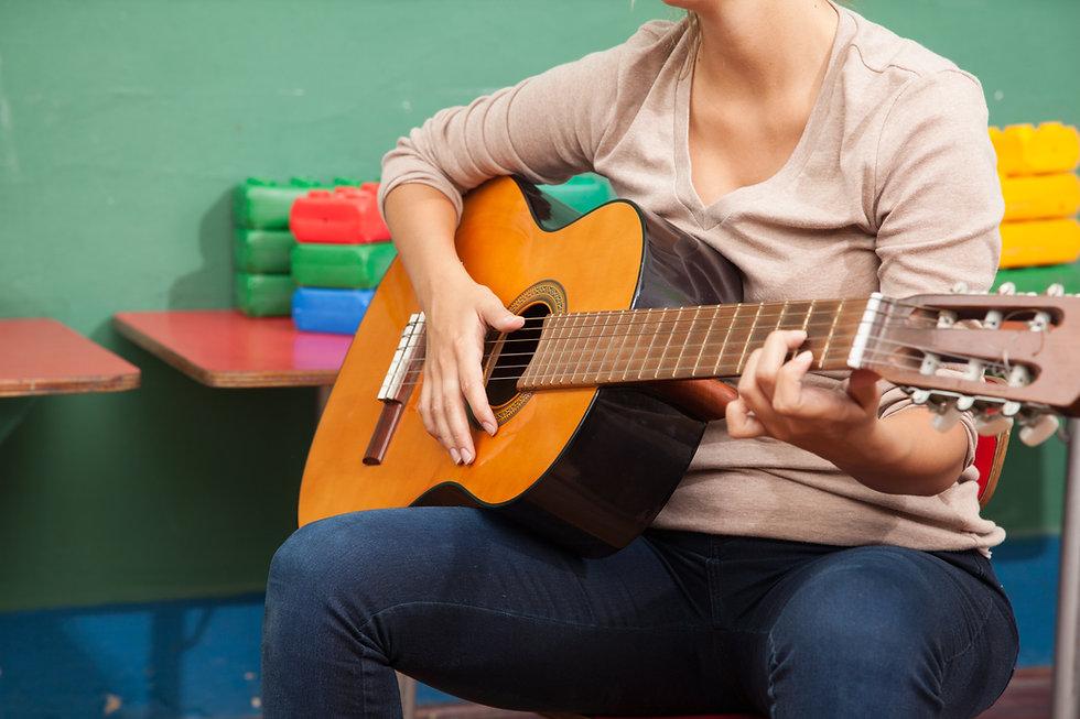 music-teacher-in-the-kindergarten_Sj1X7n