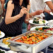 שולחן קייטרינג עם צלחות אוכל