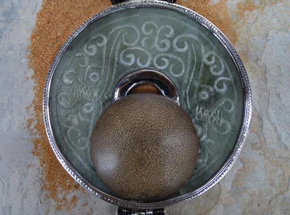 Pendentif plaque de jade et bambou poli