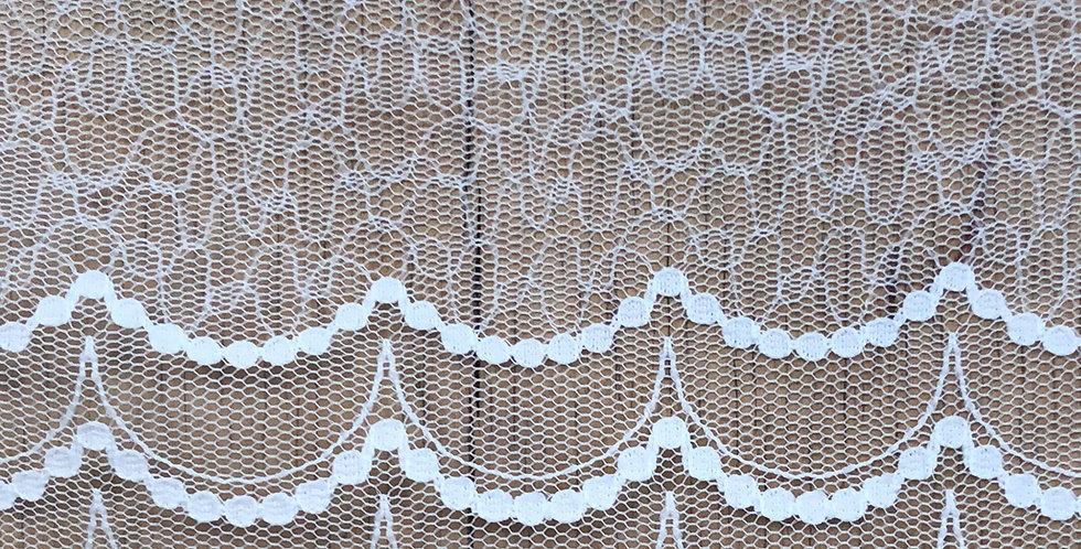 Dainty scallop lace trim