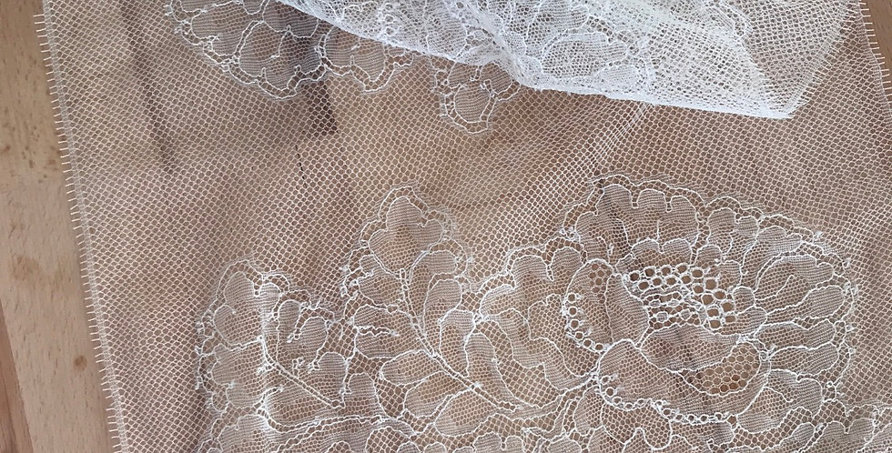 Iris French motif lace trim