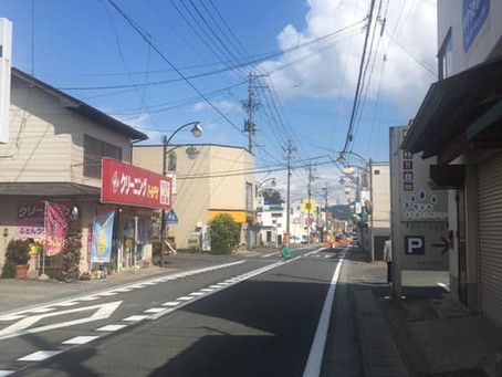 よしゃれ通り商店街 白線の引き直しと 速度抑制の為のイメージハンプ塗装が実施されました。